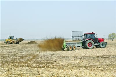 鄂尔多斯市达拉特旗,拖拉机在施肥。