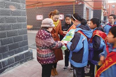 玉泉区开展环境整治齐动手小宣传员进社区活动
