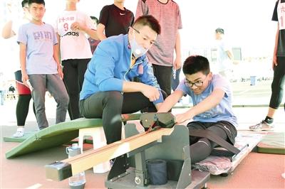 坐位体前屈项目。