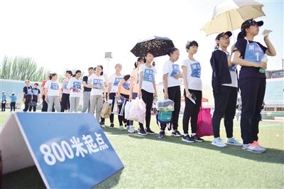 考生排队等待跑步项目测试。