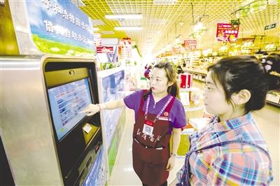 """5月13日,在内蒙古新华书店图书大厦,市民正在办理""""鸿雁""""读书卡。本报记者 于涛 摄"""
