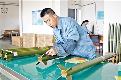 图为技术工人正在进行火箭出厂前检测。本报记者 于海东 摄