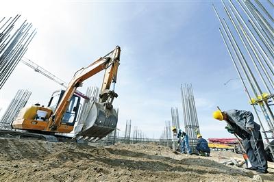 5月8日,乌兰察布市经济开发区华为北方数据中心(二期)项目施工现场,工程车辆和施工人员穿梭于施工现场,一座座主体建筑正在拔地而起。本报记者 金泉 摄