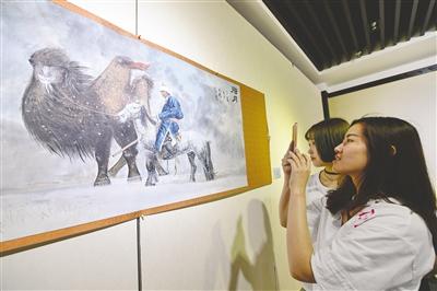 5月15日,观众正在参观展现壮美草原风情的水墨人物画。王磊 摄