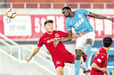 5月20日,呼和浩特队外援桑格尔(蓝)在比赛中头球攻门。