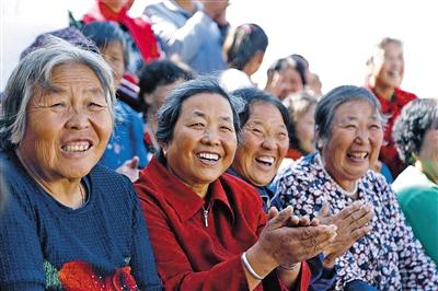 观看表演的村民笑开了花。
