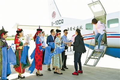 巴彦淖尔机场欢迎首航旅客。