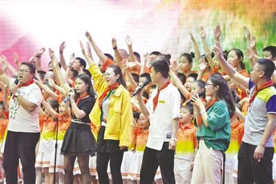 5月29日,学生和家长们表演歌伴舞《共同长大》。 王正 摄