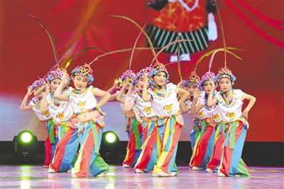 5月27日,小朋友们表演少儿京剧舞蹈《俏花旦》。王正 摄