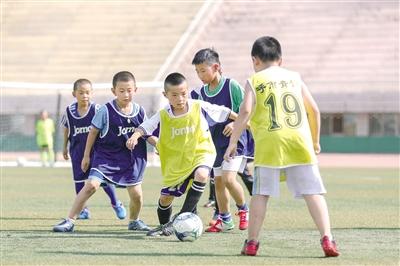 7月5日,小球员们正在选拔赛中全力比拼。   摄影/本报记者  牛天甲