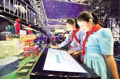 9月1日,呼和浩特市民族实验学校学生在内蒙古科技馆探索科技的奥妙。