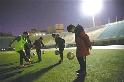 在昏暗的灯光下练习球感
