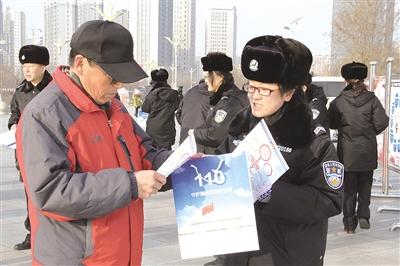 1月10日,新城区公安分局民警正在向群众讲解如何正确使用110报警服务 摄影/本报记者 郑慧英