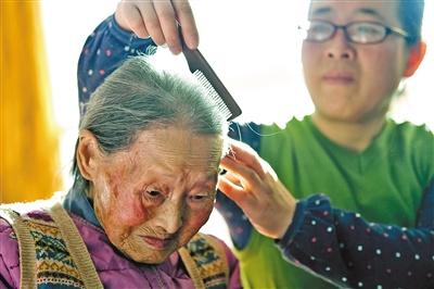 孙媳妇给奶奶梳头
