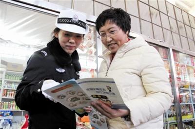 交警为旅客发放交通安全宣传单。
