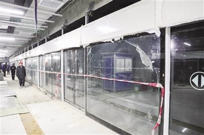 部分地铁站乘车门已安装完毕
