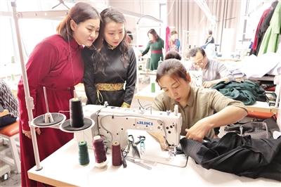 赛罕区蒙族幼儿园全体教职工走进内蒙古元素众创空间,了解蒙古袍背后的民族文化故事,以便更生动地给小朋友讲解。
