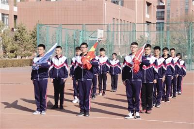 北京四中呼和浩特分校举行开学典礼,图为国旗班同学庄严肃立等待升国旗。
