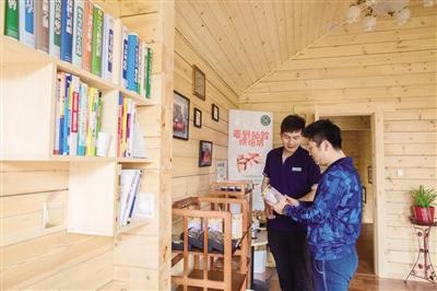 兼有便利店、烘焙房、书屋等功能区域于一体的青城驿站综合服务体。