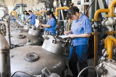 内蒙古华曙生物科技有限公司发酵车间工作人员检查发酵罐的运行数据。