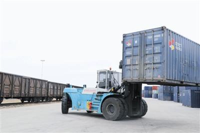 陆港保税物流园即将装载的集装箱。