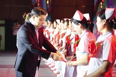 5月10日,获奖者正在接受表彰。尤琨 摄