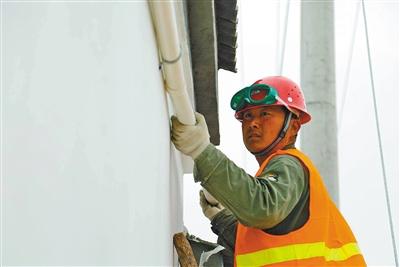 为村民安装光伏发电输电线路。
