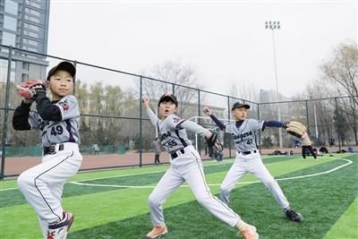 呼和浩特:亲子棒球助力孩子健康成长