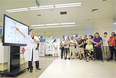 内蒙古医科大学第一附属医院风湿免疫科主任李鸿斌为市民讲解痛风的相关知识 摄影/本报记者 牛天甲