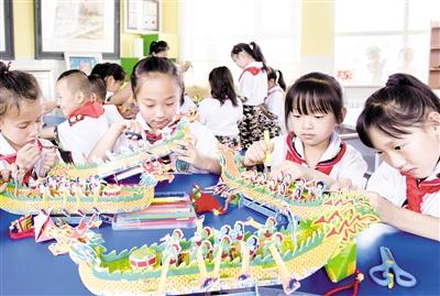 6月12日,孩子们正在专心绘制创意龙舟。