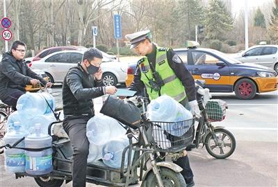 交警在呼伦贝尔北路与乌兰察布西街丁字路口发放宣传单   摄影/本报记者 辛永红