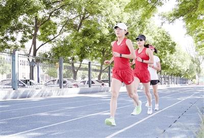 6月3日,我区马拉松运动员宫丽华(前)与队友正在进行训练。