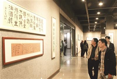 """9月10日,在内蒙古师范大学逸夫楼展厅,观众欣赏""""李志平'墨道'主题书法展""""。摄影/本报记者 辛永红"""