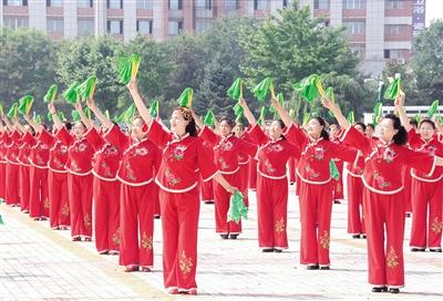 7月10日,通辽市民舞起欢快的健身秧歌。  摄影/本报记者  牛天甲