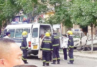 急救车赶到现场拉走伤者  文·摄影/本报记者 解裕涛