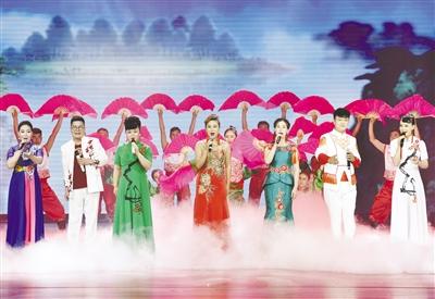 图为演员表演的二人台歌舞联唱《中国节火起来》。王正 摄