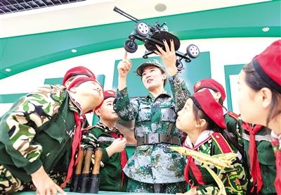 9月3日,呼和浩特市玉泉区五塔寺东街小学学生在学校国防教育馆参观。本报记者 安寅东 摄