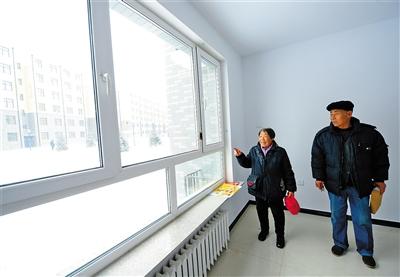 赤峰市铁南棚户区刘元成老人搬进了回迁新房