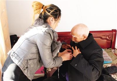 为行动不便的老人提供服务。 白斯古楞 摄