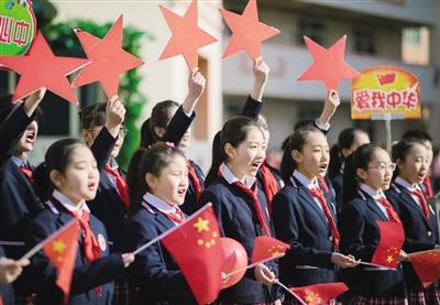 """28日,玉泉区恒昌店巷小学师生在表演""""快闪""""节目《我和我的祖国》, 表达对祖国的热爱和祝福。"""