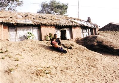 二三十年前,沙子掩埋房屋。
