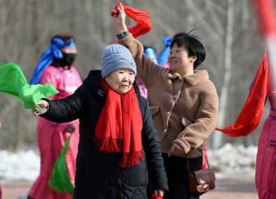 1月17日,82岁的萨木嘎拿起绸带加入秧歌队和大家一起扭了起来。 本报记者任军川摄