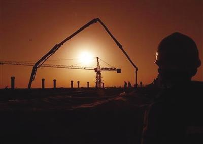 夕阳西下,建设者们还在继续赶工。