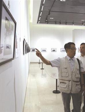 内蒙古首届纪实摄影展在赤峰美术馆开展