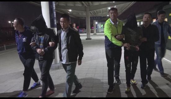图为民警将嫌疑人押解回包头。