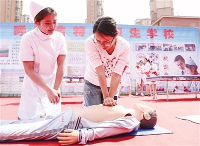 医护类学校现场教授市民做紧急救援