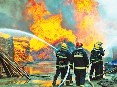巴特尔与队员们在灭火。丁根厚摄(人民视觉)