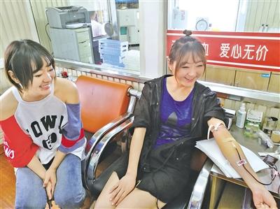 妹妹陪姐姐采集血液  文·摄影/本报记者  解裕涛