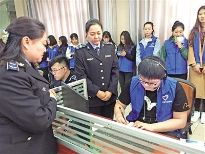 志愿者体验12319接线员工作
