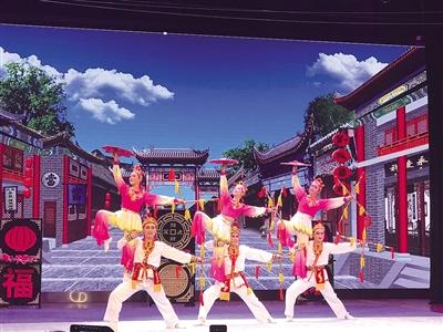 4月20日,演员正在表演二人台歌舞小戏《打金钱》。